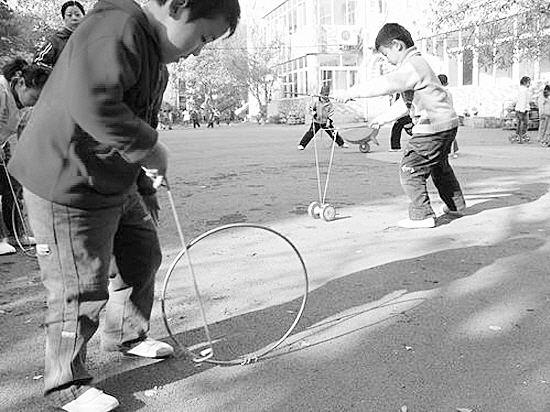 农村童年趣事之滚铁环,你知道滚铁环怎么做的吗?