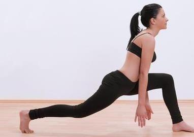 跑步前拉伸好处多,4个拉伸动作分享给你,防止跑步受伤