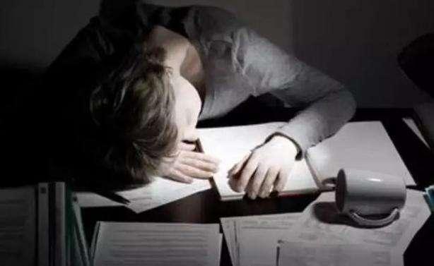 年轻人建议不要熬夜,长期熬夜影响怀孕